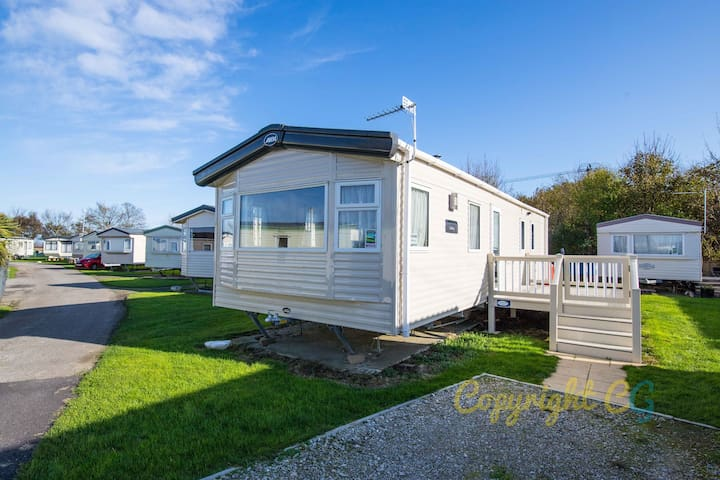 2 Bed Luxury Caravan with gated decking - Dymchurch / New Romney - Sleeps 6 + Small Dog - Private Parking