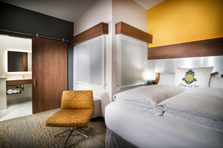 Hotel Z, Z Queen