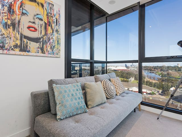 Sofa bed provides additional sleeping options. Amazing study views across to the MCG, AAMI Park and Tennis Centre