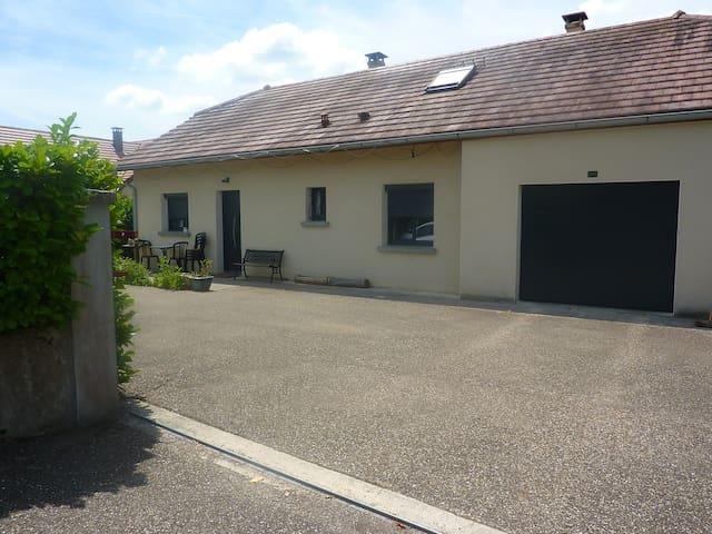 La maison avec cours goudronnée et portail