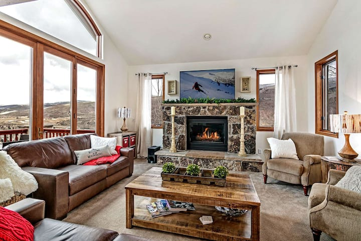 Ideal Mountain Getaway! 2 Master Suites, Private Hot Tub, Amazing Views, Perfect for Large Families!