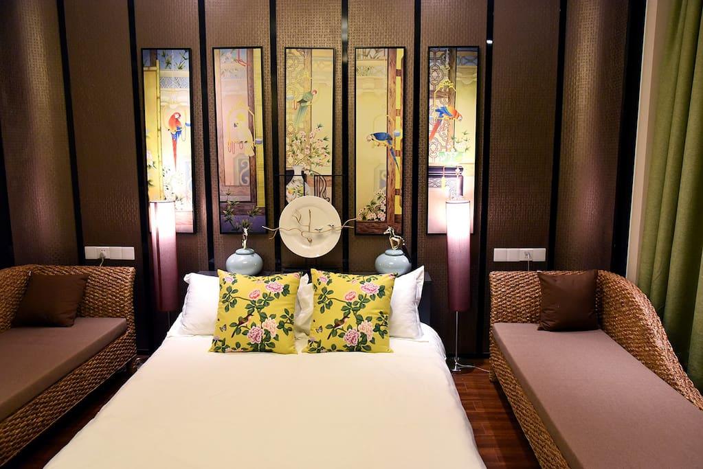 主厅的双人床及休闲太妃床,可以同时满足不同人群的的休闲需求,太妃床长2米可做单人床用。