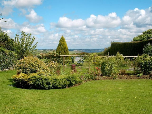EDEN HOUSE WING, pet friendly in St Keverne, Ref 959209