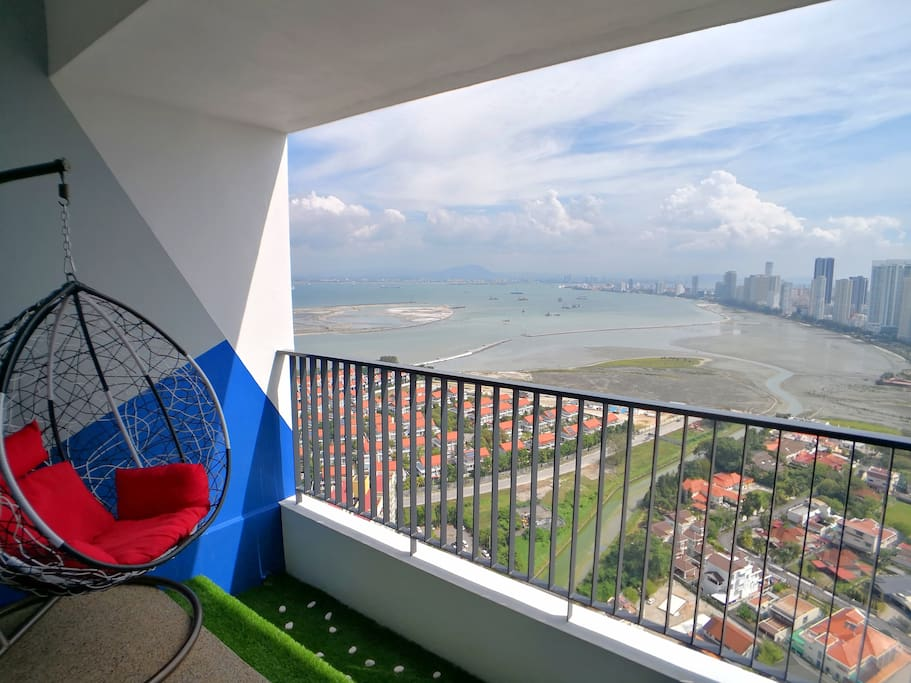 The billion dollar view of the Penang are below your foot when you are staying at our RM3,000,000 (RM3 million) super condo at the prime area of Tanjong Tokong. You could see the sun rise, ocean view, Gurney coastline view, George Town coastline view from the house. We are 5 minutes drive to the Gurney Drive, the prime area of Penang with the famous Gurney Plaza, Gurney Paragon mall and Gurney food court!