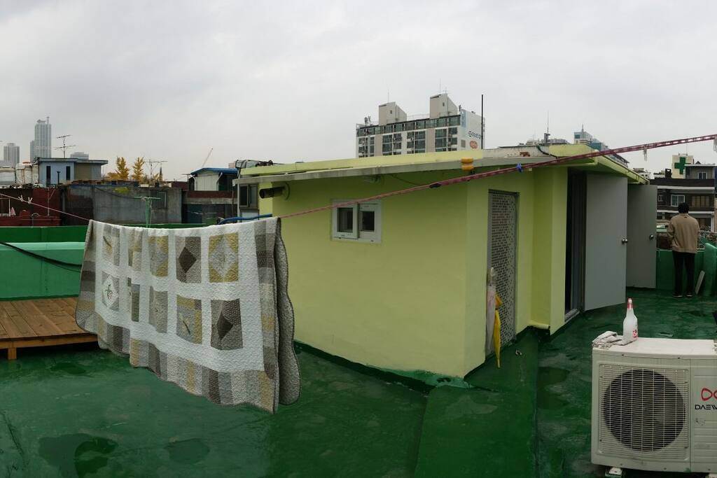 넓은 옥상, 평상이 있는 옥탑방입니다.