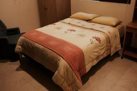 Comfy room with private bath. Excellent location! - Hus