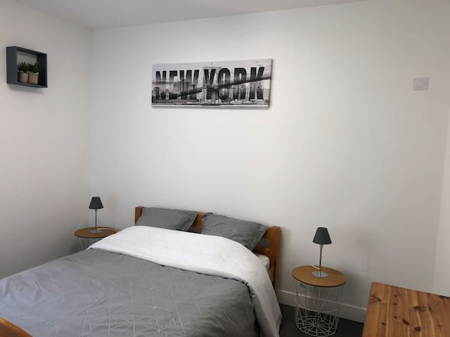 Chambre avec lit 2 places, commode, portant-vêtement
