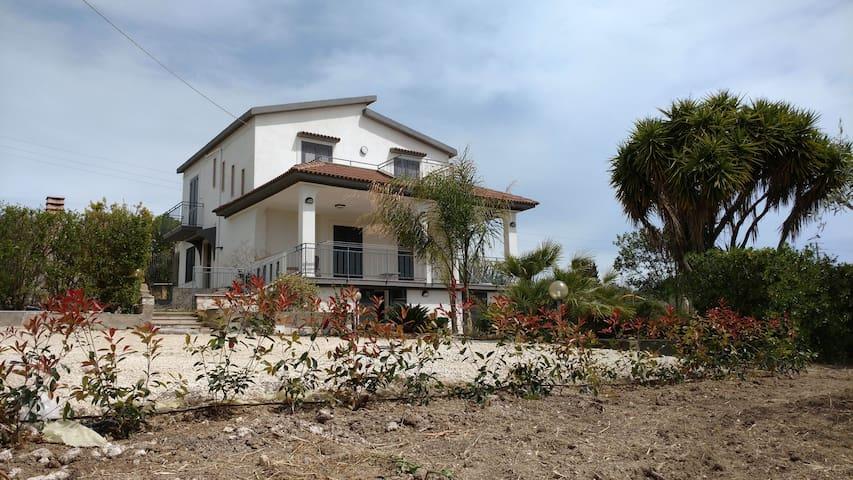 """Villa """"Flora"""" a Campobello di Licata zona """"Sicana"""""""