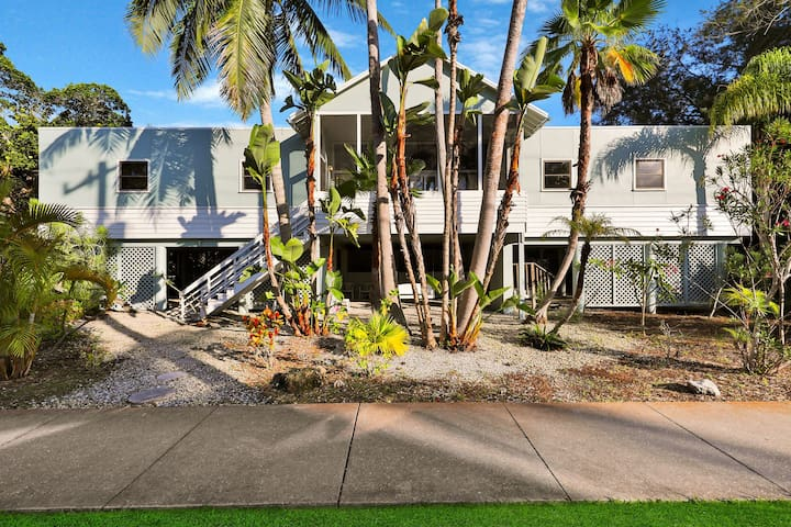 Tree-lined home w/ amazing decor & screened porch - near beach/dining!