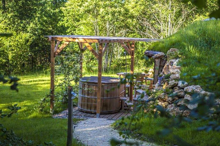 L'arrivée par le sentier donne sur le spa et sa tonnelle de jasmin