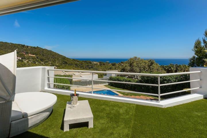 Luxurious Sea-View 4 Bedrooms Villa Sleeps 8-10