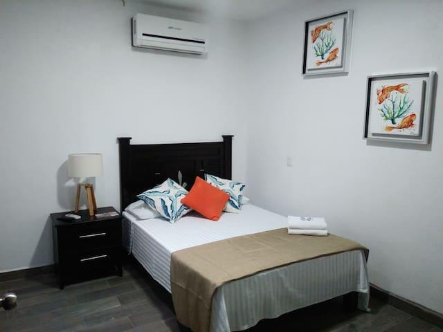 Habitación #3.- 1 cama matrimonial, baño privado, A/C y televisión por cable.