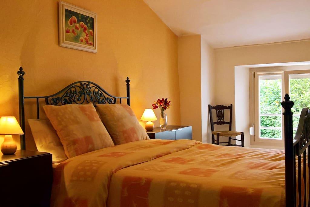 Chambre principale avec grand lit double.