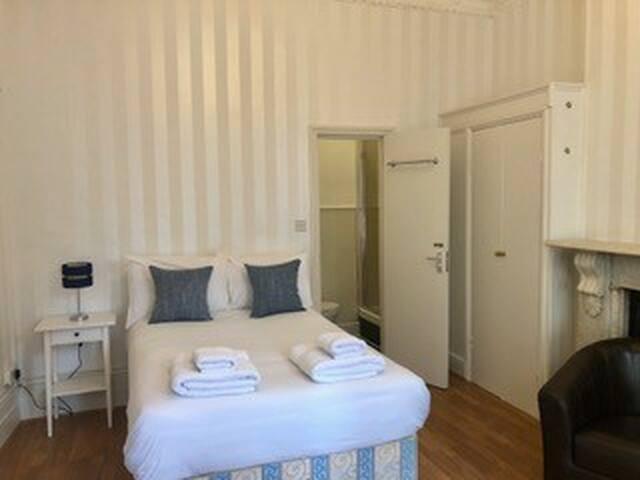Good value double bedroom in West Kensington - 4
