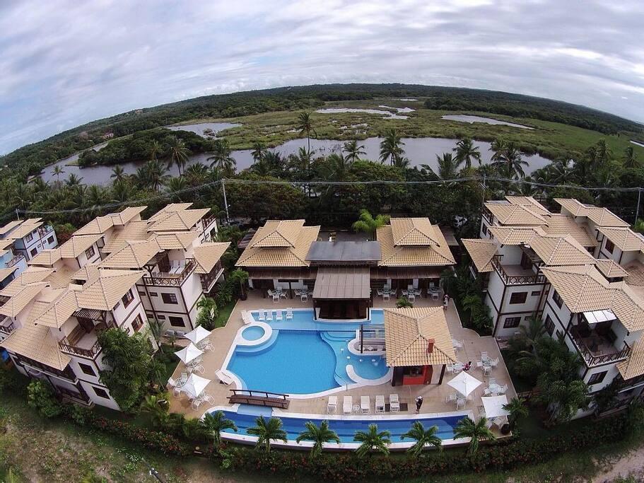 Visão aérea do condomínio, em frente à Lagoa Timeantube