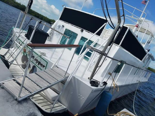 """Aqua Lodge Houseboat """"Hot Stepper"""""""