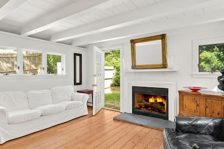 Adorable Chic East Hampton Cottage - East Hampton