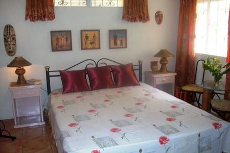 Large room in relaxing guesthouse - Oistins