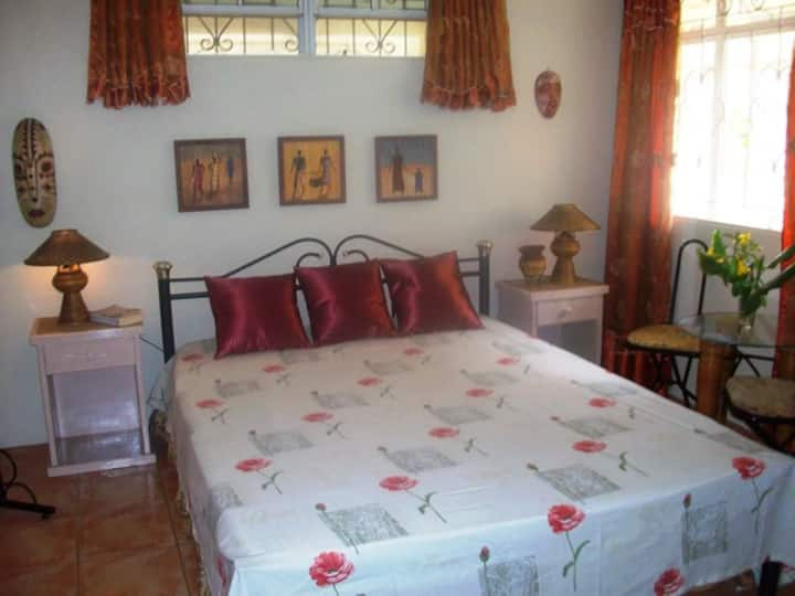 Large room in relaxing guesthouse