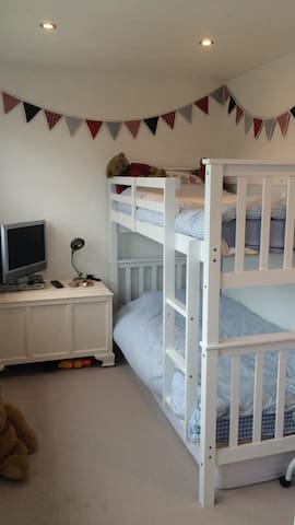 Brighton, clean and airy room with bunk beds - Portslade