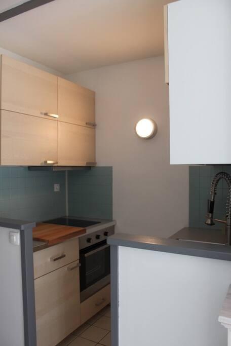 cuisine équipée, four et plaque vitrocéramique. Un grand frigo et un micro-onde sont dans la grande salle.