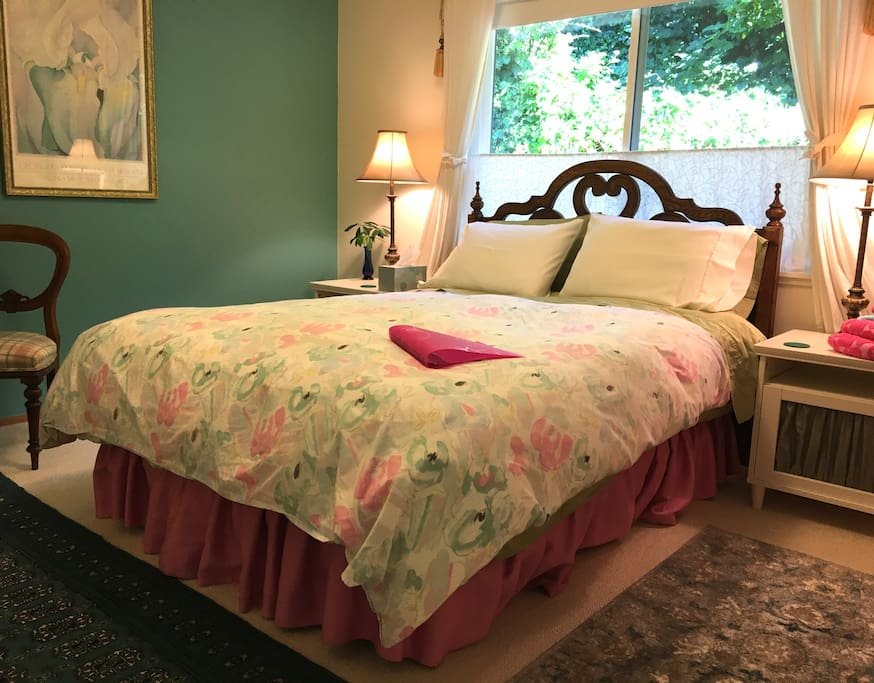 Quiet queen size guest room. Garden view.