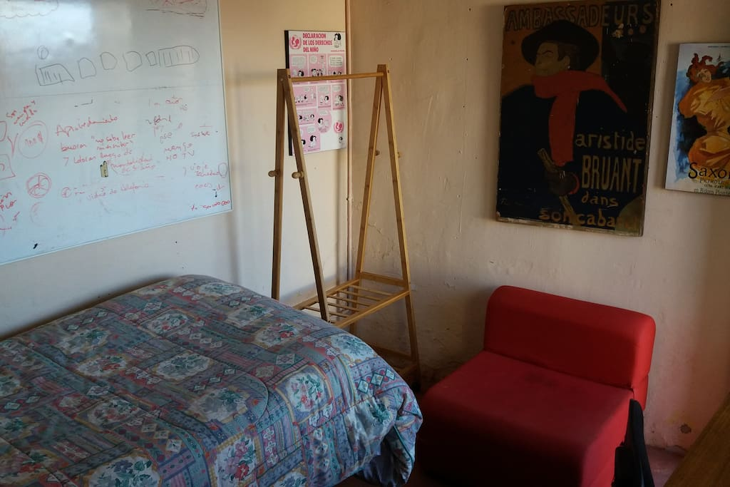 Habitación feminista y/o LGBT en Playa Ancha. La habitación es privada, queda en el patio de una casa con vista al mar. Es luminosa, tiene espacio para guardar y colgar ropa, un escritorio para trabajar y una terraza con mesa y sillas con el mar en frente.
