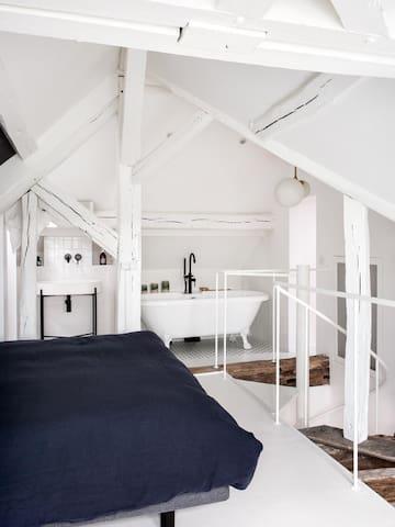 A l'étage une baignoire vous permettra de vous relaxer, avec même quelques rayons de soleil dans la journée.