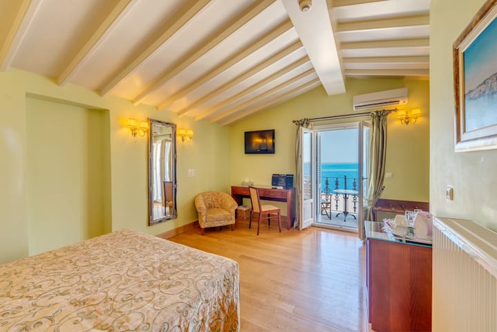 Neoclassical Superior Suite in Syros - Ermoupoli - Bed & Breakfast