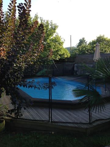 Charmant 2 pièces + sdb au fond d'un joli jardin - Billère - ที่พักพร้อมอาหารเช้า