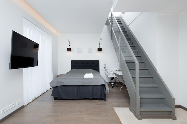 5A, Smart serviced studio w/ rooftop