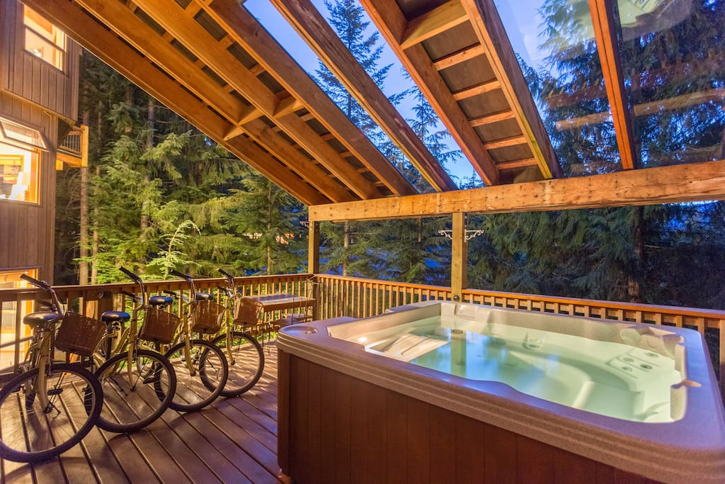 Aurora Lodge - The XL hot-tub, located on a deck but under cover for use in any weather!