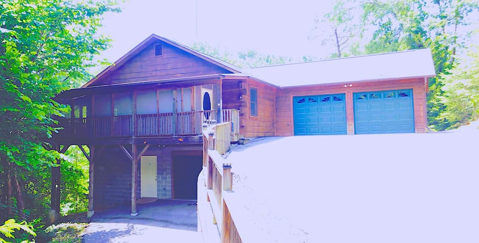 *PRIVATE* Setting Log Home Private GARAGE Parking!