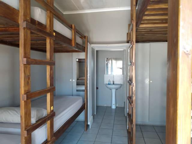 Medium room I: bunk beds & en-suite. Central Jbay!