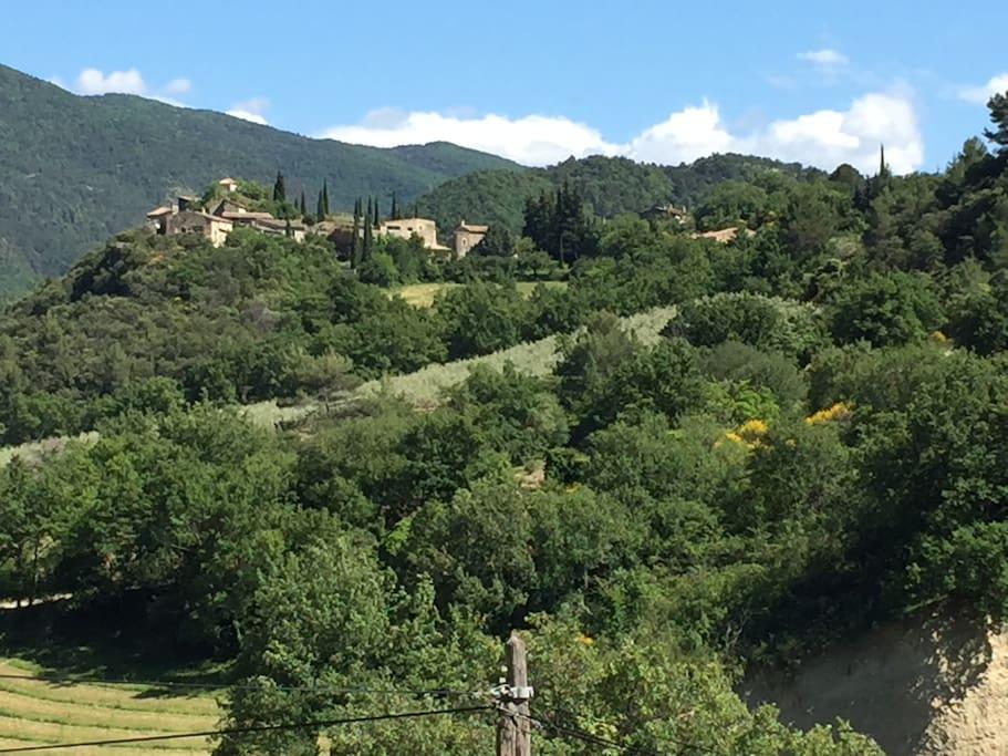 vue magnifique sur le Vieux Village d'aubres