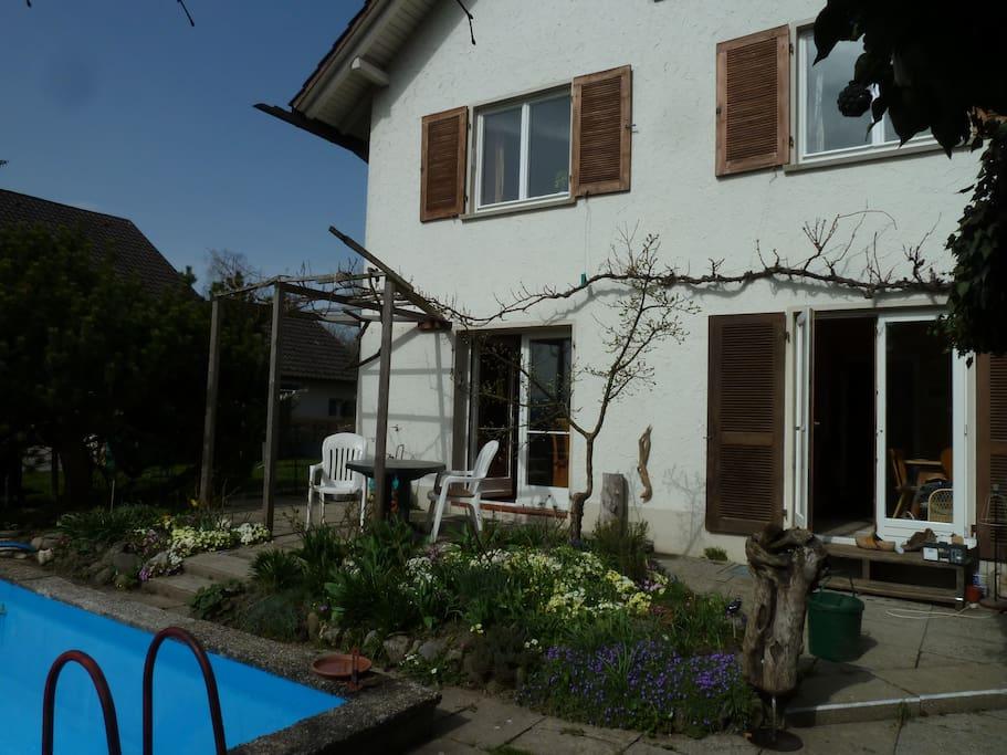 Blick auf die Terrasse, links Wohnzimmer, rechts Küche. Ausgang direkt ins Freie