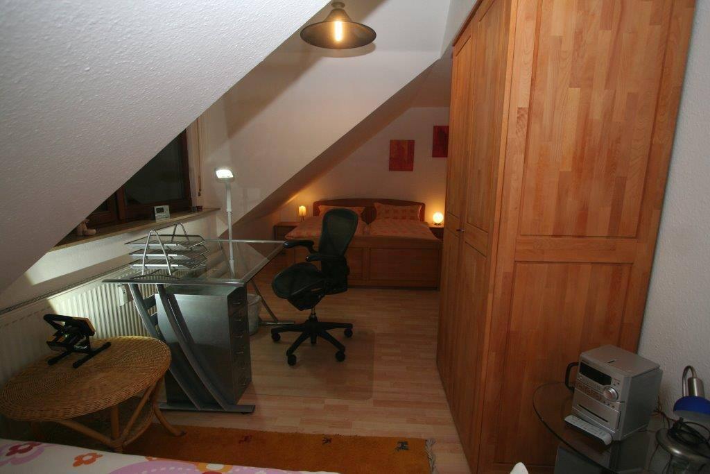 1. Schlafzimmer mit Arbeitsplatz
