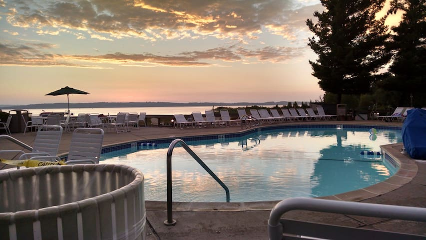 Make memories on Grand Traverse East Bay - Traverse City - Apartament