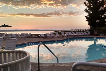 Make memories on Grand Traverse East Bay - Appartement