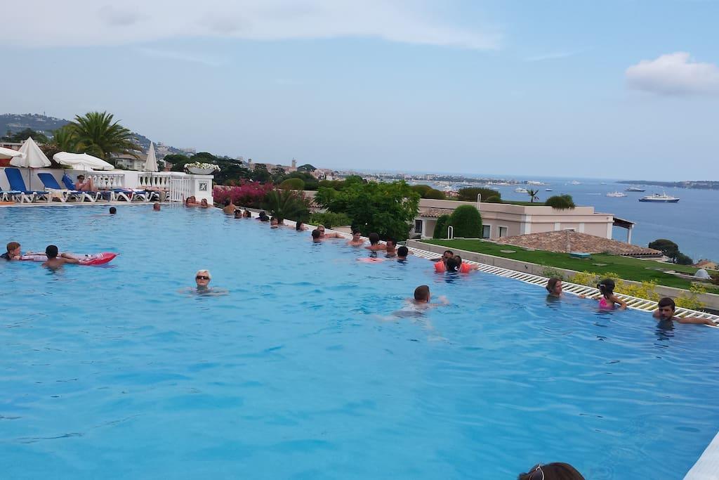 Une partie de la piscine à débordement de 1.100m² avec Cannes la Croisette au fond et le îles de Lérins à droite.