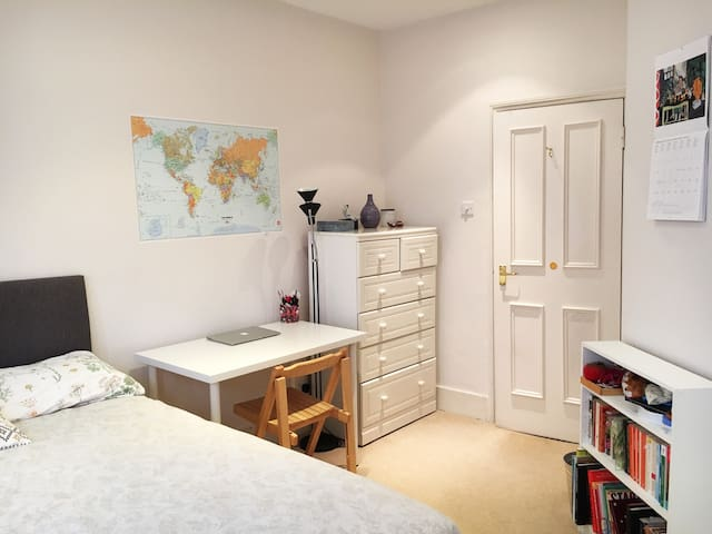 Lovely bright room in two bedroom house - Londra