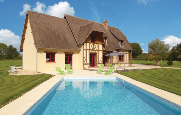 Holiday cottage with 4 bedrooms on 170m² in La Croupte