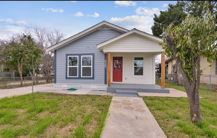 1 bedroom/ 1 bathroom house. Minutes from downtown