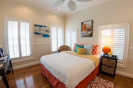 Della in Almanett Hotel & Bistro - Gulfport - Bed & Breakfast