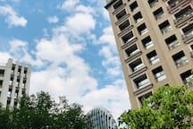 房間外面的花園可以看到藍藍的天空和城市獲得國際肯定是建築大樓