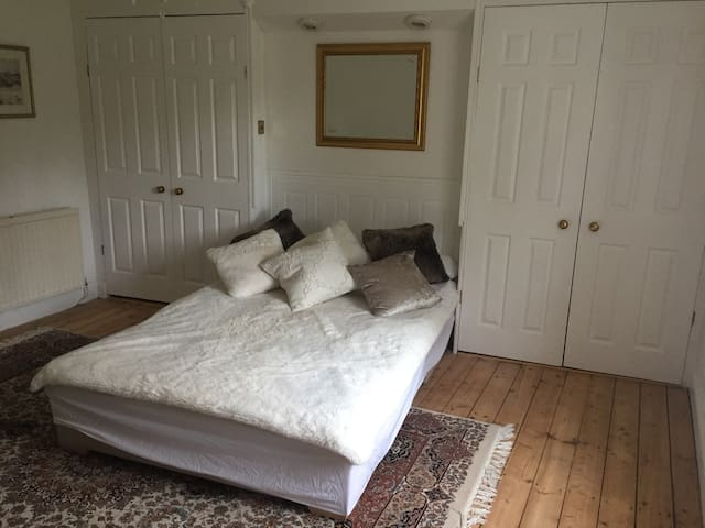 Large en-suite double bedroom in central Chepstow