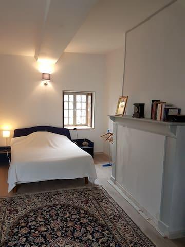 Chambre spacieuse : Etape simple agréable . WIFI