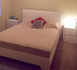 Cozy and comfy furnished room in a beautiful house - Redcliffe - House