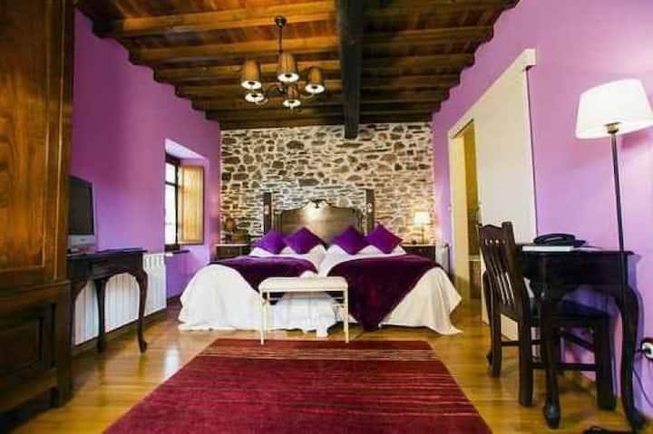 Habitación doble con baño en casa-hotel rural Spa.