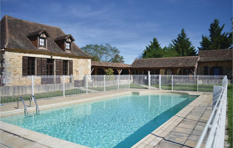 Holiday cottage with 5 bedrooms on 205 m² in Eglise Neuve D'Issac